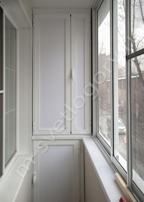 Фото распашных пластиковых шкафов на балконе.